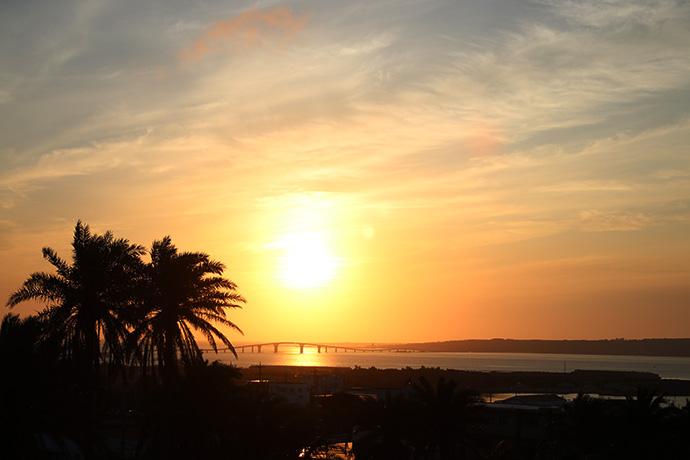 伊良部大橋に吸い込まれる夕日