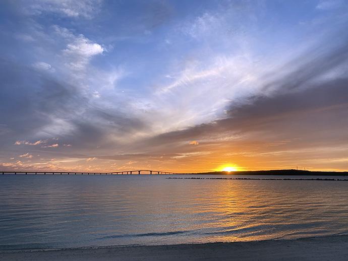 伊良部島の向こうに沈む夕日