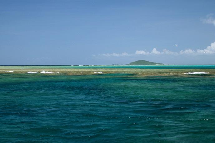 池間沖のリーフと大神島