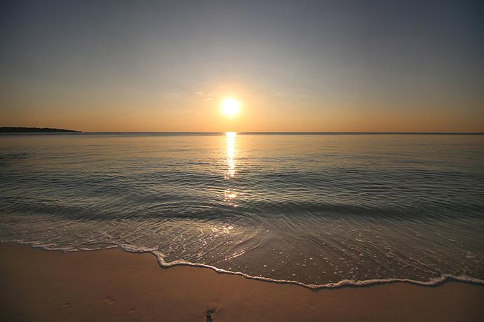 夕日が水平線に近づくと空がどんどんオレンジ色に焼けてきます