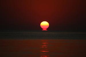2月の快晴、前浜の夕日